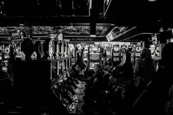 Människor stortrivs vid slotmaskiner och älskar att spela